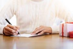 Hommes écrivant des cartes de voeux pendant Noël et la nouvelle année images stock