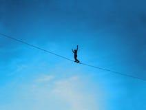 Hommes équilibrant sur le slackline Photos stock