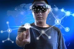Hommes établissant le rapport en monde de réalité virtuelle avec des hololens photographie stock