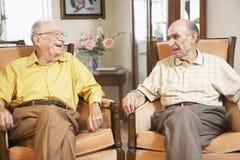 Hommes aînés détendant dans des fauteuils images libres de droits