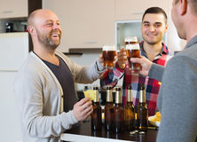 Hommes adultes détendant avec de la bière Image libre de droits