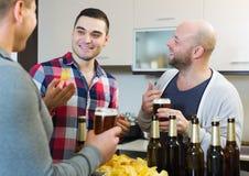 Hommes adultes détendant avec de la bière Photos libres de droits