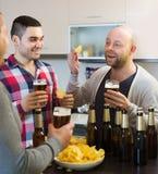 Hommes adultes détendant avec de la bière Photo stock