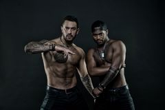 Hommes africains et hispaniques avec le torse nu sexy Hommes avec le corps tatoué par ajustement Mannequins avec le tatouage dans photo stock