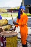 Hommes africains jouant les tambours traditionnels pour des touris de banlieue noire de Soweto image stock