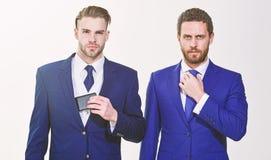 Hommes ajustant des costumes S?r dans leur style Les gens d'affaires choisissent l'habillement formel Chaque d?tail importe photo stock