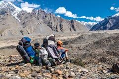 Hommes appréciant la vue au Kirghizistan Photographie stock libre de droits
