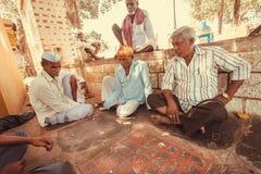 Hommes asiatiques sérieux jouant le jeu de société indien Ashta Chamma Photographie stock
