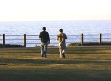 Hommes attendant le coucher du soleil. Photo stock