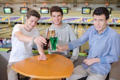 Hommes au centre de bowling Photographie stock
