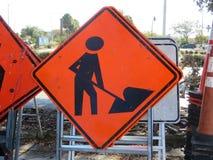 Hommes au panneau routier de travail photo libre de droits