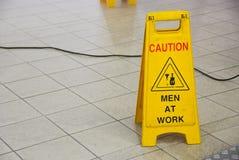 Hommes au signe de travail Images libres de droits