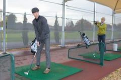 Hommes au terrain de golf image stock