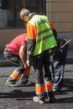Hommes au travail, voie urbaine en construction Images libres de droits