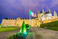 Hommes aux. de Abbaye en Caen en la noche - Francia Fotos de archivo