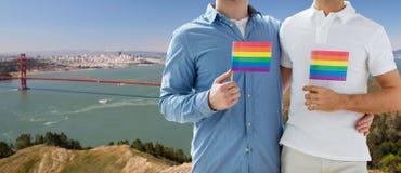Hommes avec des drapeaux de fierté gaie au-dessus de golden gate bridge Photographie stock