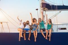 Hommes avec des femmes sur le yacht Photographie stock