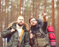 Hommes avec des sacs à dos et barbes augmentant dans la forêt Photo stock