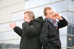 Hommes avec des téléphones photos libres de droits