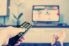 Hommes avec l'à télécommande, avant de la télévision Photo libre de droits