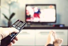 Hommes avec l'à télécommande, avant de la télévision Photos libres de droits