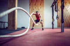 Hommes avec la corde dans la forme physique fonctionnelle de formation images stock