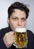 Hommes avec la tasse de bière Images stock