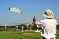 Hommes avec le cerf-volant Photographie stock
