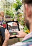 Hommes avec le comprimé dans un jardin Écran de login - username et mot de passe Image stock