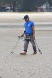 Hommes avec le détecteur de métaux  Image libre de droits