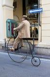 Hommes avec le vieux cycle, faisant un cycle par l'événement d'histoire Images libres de droits