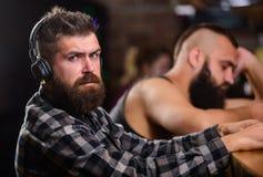 Hommes avec les écouteurs et le smartphone détendant à la barre Évitez la communication Réalité d'évasion Relaxation de vendredi  photos libres de droits