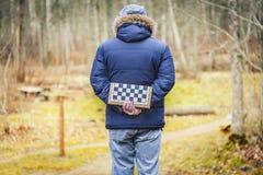 Hommes avec les amis de attente d'échecs en parc Photo stock