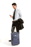 Hommes avec les bagages et le mobile Photos stock