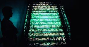 Hommes avec les escaliers légers d'ombre Images stock