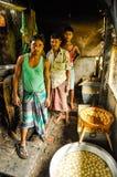 Hommes avec les pommes de terre épluchées au Bangladesh Images libres de droits