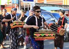 Hommes avec les tambours traditionnels de Bali Photographie stock