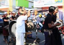 Hommes avec les tambours traditionnels de Bali Photos stock