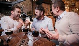 Hommes avec plaisir joyeux exprimant leur bonheur Images stock