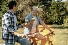 Hommes avec plaisir montant des bicyclettes et ayant le café Photos libres de droits