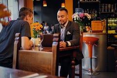 Hommes ayant une réunion d'affaires dans un restaurant Images stock