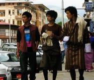 Hommes bhoutanais aux rues de Thimphou, Bhutan Photographie stock libre de droits
