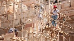 Hommes birmans travaillant en Ananda Phaya Temple clips vidéos