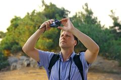 Hommes blancs prenant la photo des oiseaux dans le ciel Photo libre de droits