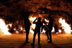 Hommes buvant chez Yanar Dag, Azerbaïdjan Photos stock
