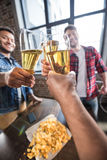Hommes buvant de la bière Photographie stock