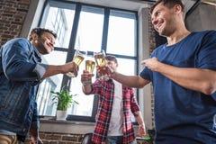 Hommes buvant de la bière Photos libres de droits