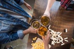 Hommes buvant de la bière Images libres de droits