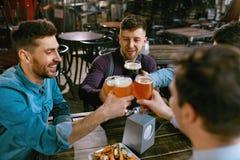 Hommes buvant de la bière dans le bar Image libre de droits