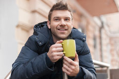 Hommes buvant du café. photographie stock libre de droits
